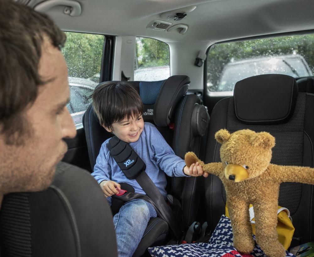 Junge im Kindersitz mit Rückenlehne ab 15 kg