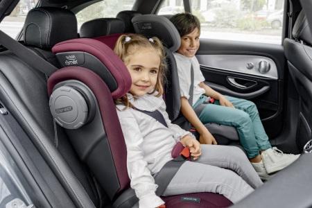 Zwei Kinder in KIDFIX III M Kindersitzen