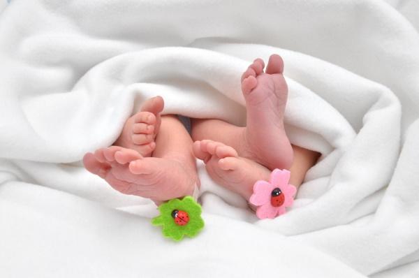 Zwillinge-Mehrlingsrabatt-Füße Zwillinge
