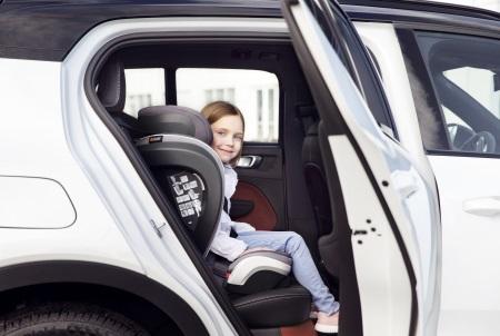 Ein seitlicher Blick auf den Flex S FIX im Auto