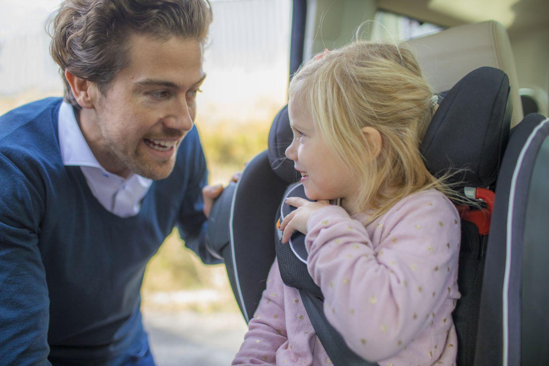 Kindersitz fuer grosse Kinder besonders sicher iZi Flex Fix im Auto