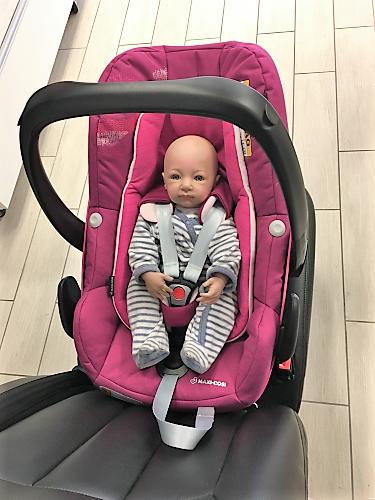 Puppe in Babyschale mit Gurten Pebble Plus pink