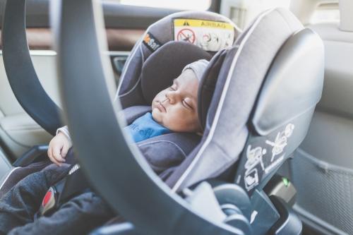 Übelkeit Tipps Baby schläft in der Babyschale