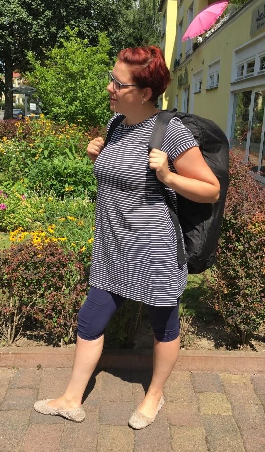 Frau mit Takata Backpack Maxi Rucksack für Kindersitz in Berlin