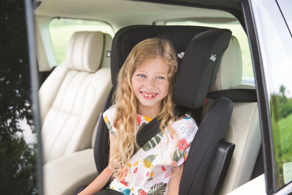 Joie-Traver-schwarz-mit-Kind-im-Auto