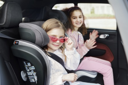Mädchen im Flex S FIX im Auto