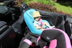 rückwärtsgerichteter Kindersitz eingebaut in Cabrio