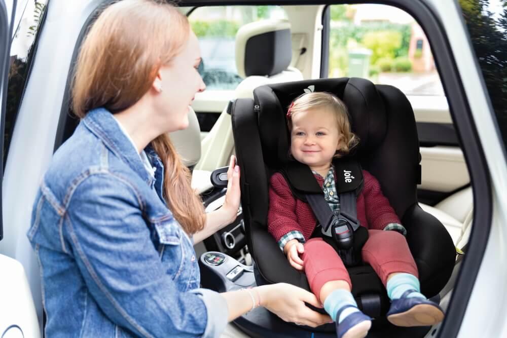 Reboarder von Joie mit Kind im Auto
