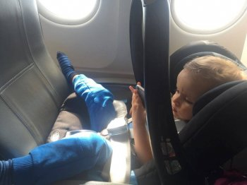 Britax Römer Kindersitz im Flugzeug Baby-Safe Babyschale mit Kind