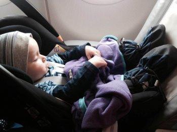Baby sicher im Flugzeug